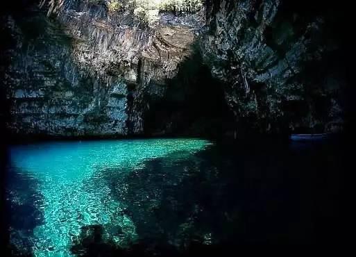 梅丽莎丽Melissani圆形淡水湖泊洞穴