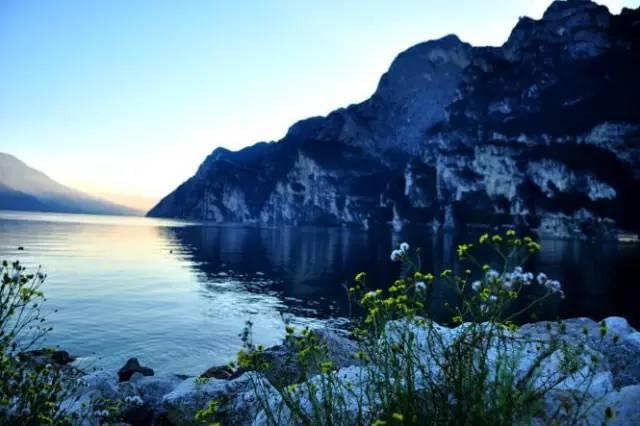 探秘加尔达湖最美悬崖小镇和007最惊险悬崖公路