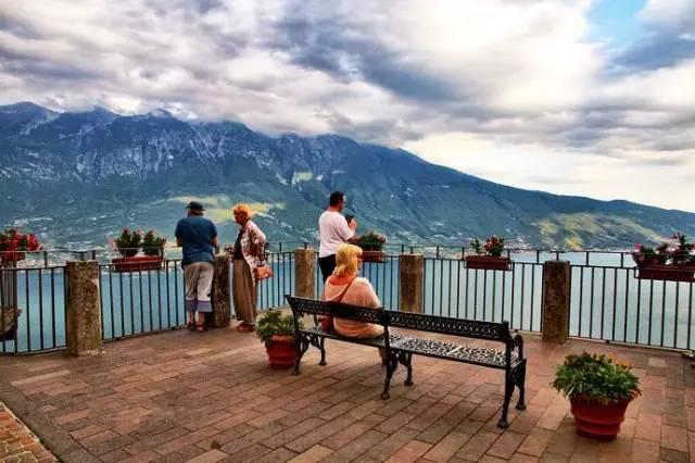 阳台正对面就是加尔达湖的最美城镇Malcesine和它背后的阿尔卑斯山峰Monte Baldo