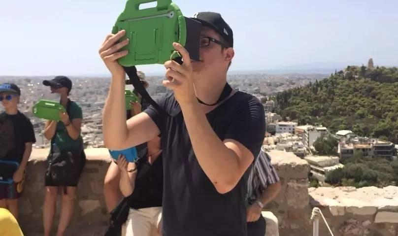 我们提供平板电脑让游客可以通过三维场景观看曾经的古代卫城