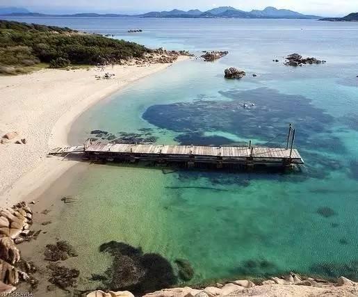 开着四轮摩托车探索各具特色的撒丁岛海滩