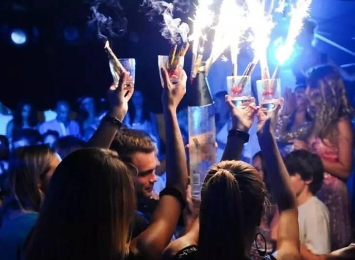与精英人士一同享受别开生面的豪华派对,在美酒佳肴中结交朋友,绝对是最快乐的交友方式