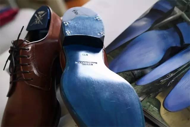 """""""蓝底鞋""""也成为这一顶级男装鞋履品牌的代名词"""