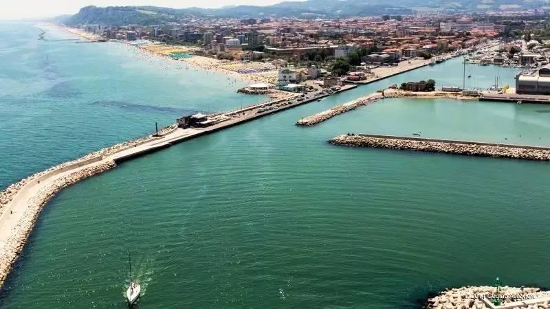 和当地人一起着盛装出席 听一场华丽的意大利歌剧 金色的海滩紧靠亚得里亚海