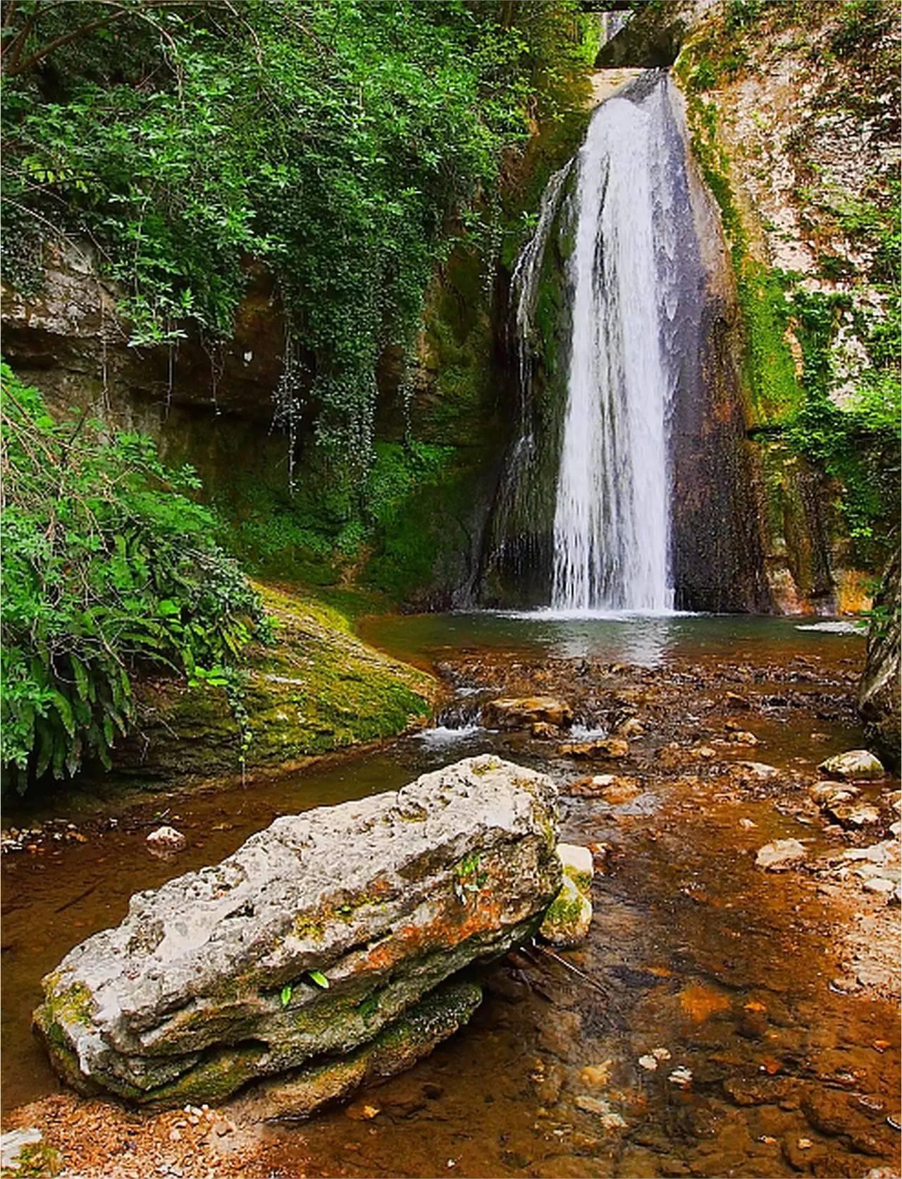 莫利纳瀑布公园占地150公顷,除了有茂盛的珍惜植被,更难得的是也有泉水从岩间喷涌而出