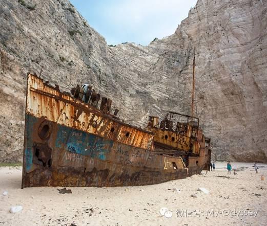 锈迹斑斑的老铁船,渐变蓝的透明海水