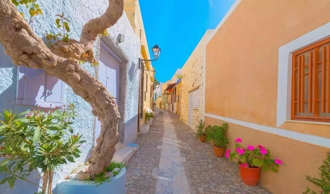 在锡罗斯岛,蓝色的大海和玫瑰色的天空相互辉映