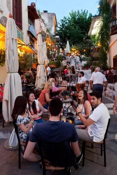 雅典老城区普拉卡(Plaka)的露天咖啡馆常年满座