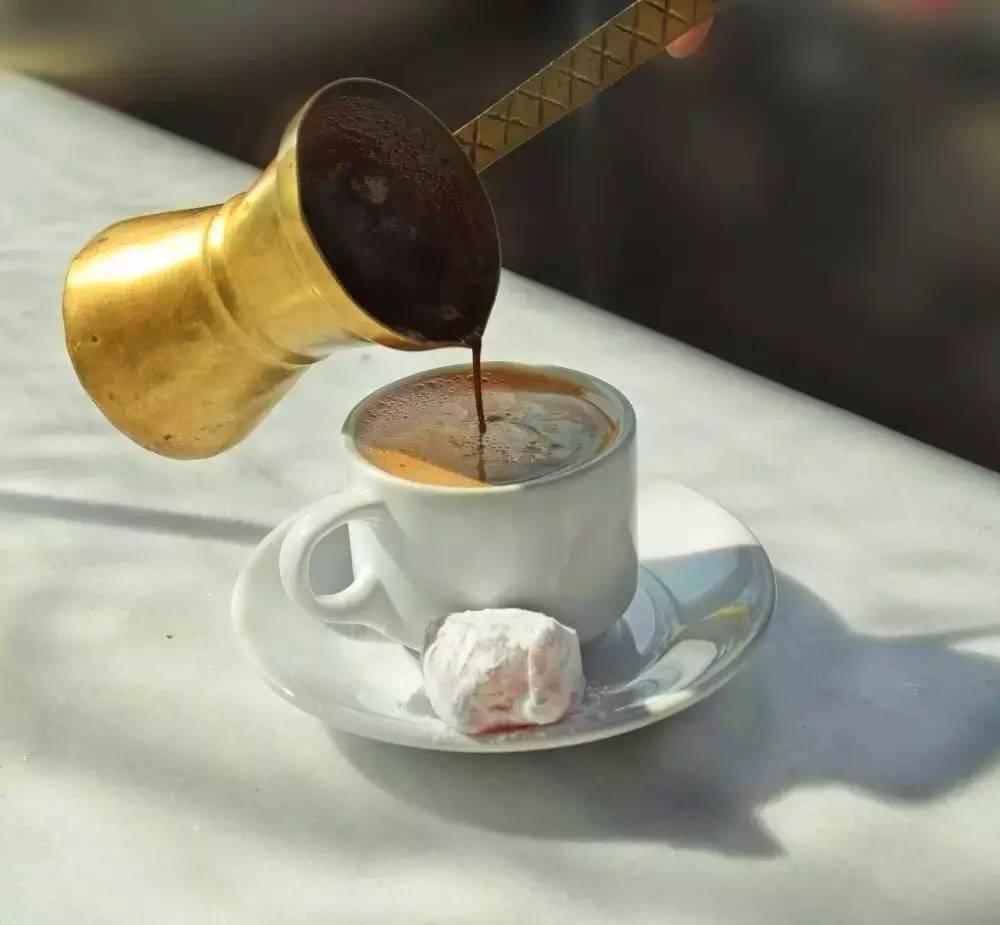 人们在希腊咖啡厅聊大小事