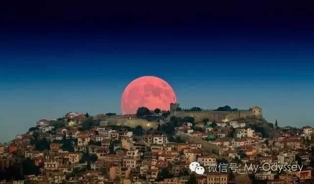 希腊北部城市卡瓦拉——号称希腊的蒙特卡洛——照耀在古堡上的月亮