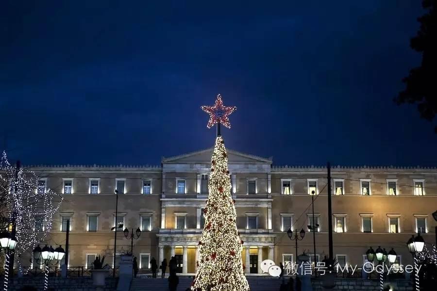 希腊冬天街道上彻夜闪亮的霓虹
