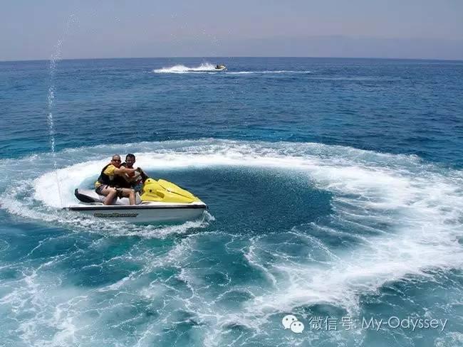 滑翔伞和快艇
